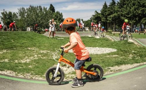 enfant draisienne sur pumptrack verte bikesolutions