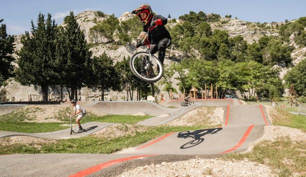pumptrack bleu rouge cavaillon
