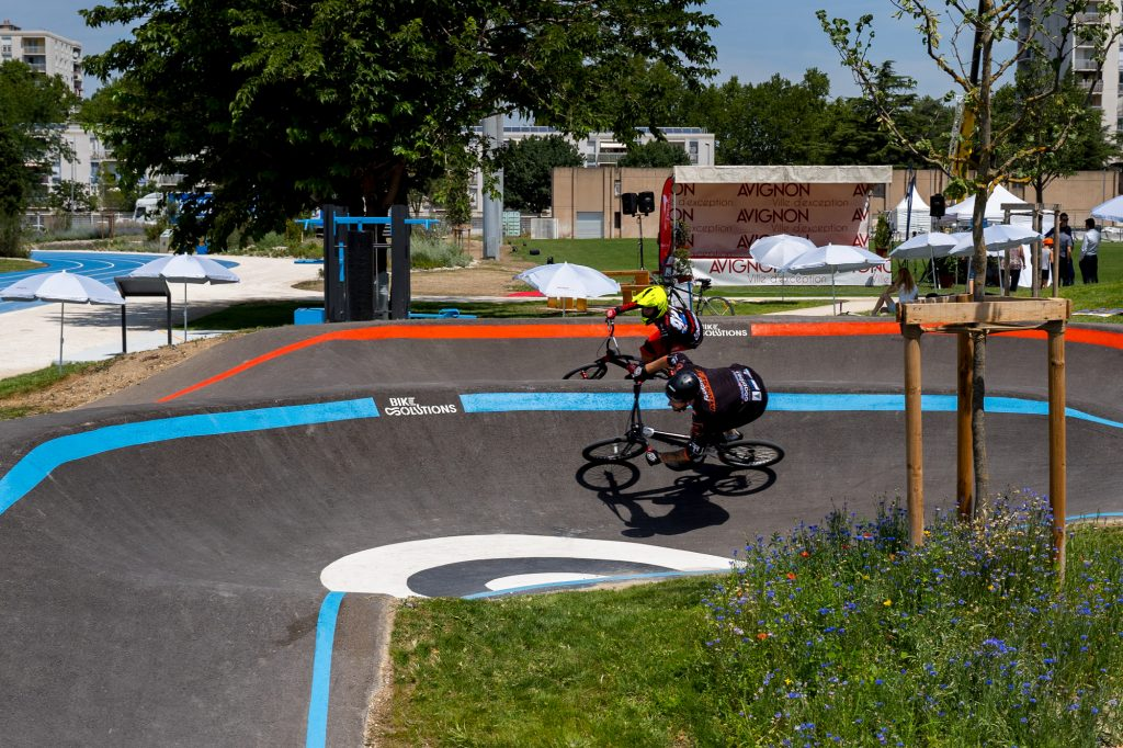 Riders BMX sur pumptrack BikeSolutions